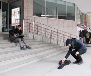 Okul harçlığını, dondurucu soğukta gitar çalarak çıkartıyor