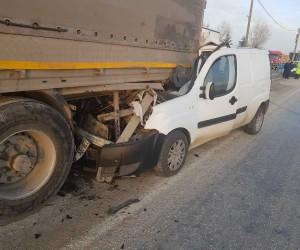 Tıra arkadan çarpan gazete dağıtım aracı sürücüsü yaralandı