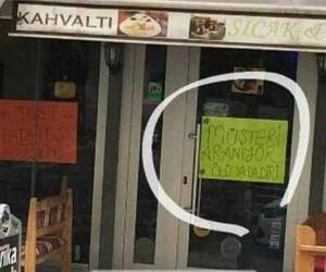 Müşteri bulamayan esnaf kapıya öğle bir şey yazdı ki