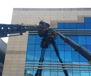 Siirt'te iki işçi vinç sepetinde mahsur kaldı