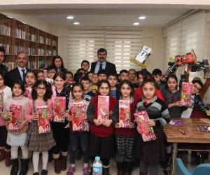 Başkan Asya, çocuklara oyuncak dağıtıp tavsiyelerde bulundu