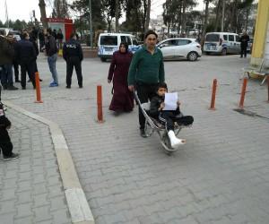 (Özel haber) Ayağı kırılan oğlunu el arabasıyla hastaneye götürdü