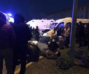 Servis aracı duran kamyona çarptı: 12 yaralı