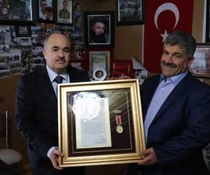 Şehit babasına devlet övünç madalyası ve beratı verildi