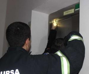 Genç kızlar 12. katta mahsur kaldılar