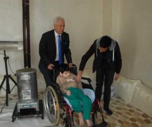 MHP İlçe Başkanı Ökten'den engelli çocuğa tekerlekli sandalye