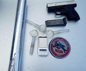 Üzerinden silah, mermi ve hassas terazi çıktı
