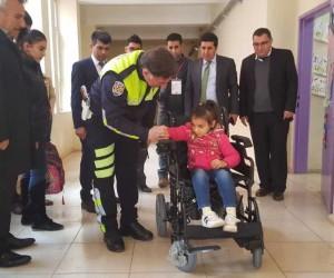 İdilli minik öğrenciye akülü sandalye hediye edildi