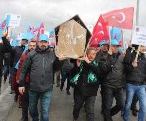 Metal işçilerinden tabutlu eylem
