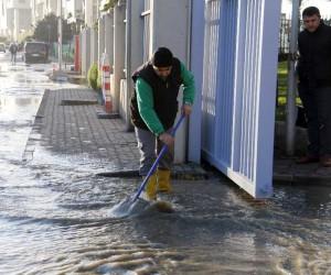 Metro çalışması sırasında ana su borusu patladı yollar göle döndü