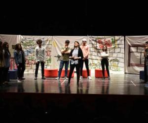 """Söğüt Anadolu Lisesi öğrencileri """"Ah Şu Gençler"""" adlı oyunu sahnelediler"""