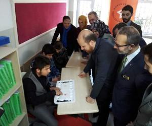 Bilal Erdoğan, görme engelli öğrencilere karnelerini dağıttı