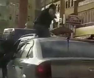(Özel haber) Öfkeli sürücü otomobilin üzerine çıkıp tekmelerle ön camını kırdı
