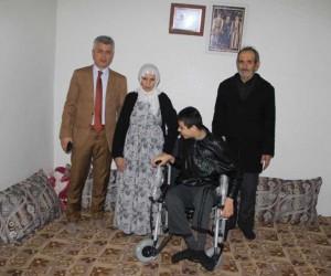 Cizre Belediyesinden engelli gence tekerlekli sandalye desteği