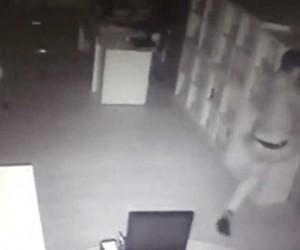 Balyozlu hırsız kapıyı açamayınca tekmeledi