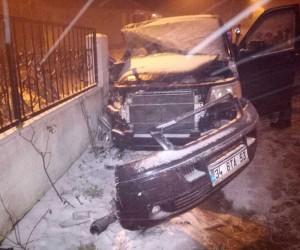 Yoldan çıkan minibüs bahçe duvarına çarptı
