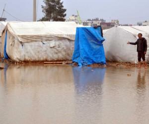 Akçakale'de çadırlarını su basan Suriyeliler zor anlar yaşadı