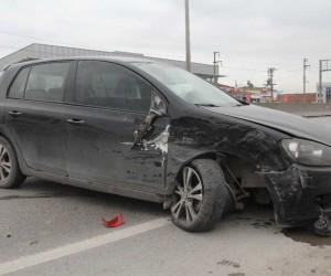 Otomobil, emniyet şeridinde duran hafif ticari araca çarptı: 1 yaralı
