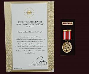 Uluslararası Üniversiteler Konseyi Kurucu Başkanı Azizoğlu'na Devlet Övünç Madalyası