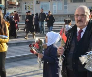 Suriyeliler, Zeytin Dalı Harekatı için gül dağıtarak teşekkür etti