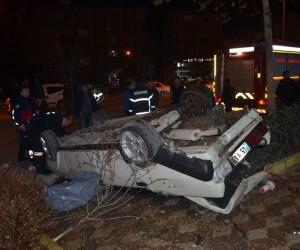 Otomobil ağaca çarparak ters döndü