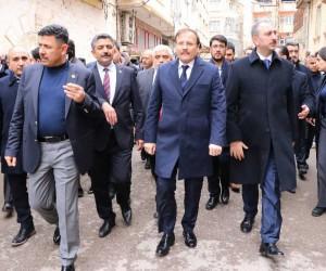 Başbakan Yardımcısı Hakan Çavuşoğlu, roketin düştüğü bölgede
