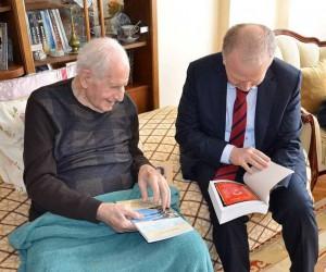 Araştırmacı Yazar Sezer Vali Ceylan'a kitaplarını hediye etti