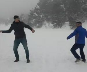 Buz tutan gölün üzerinde kartopu oynadılar