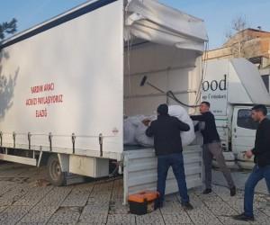 Heykel önünde topladığı yardım malzemelerini Elazığ'a götürdü