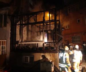 Fatih'te ahşap evde yangın