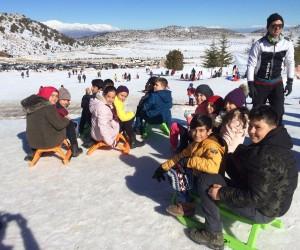 Isparta'da mahalle muhtarı takdir belgesi alan 40 öğrenciyi kayak merkezine götürdü
