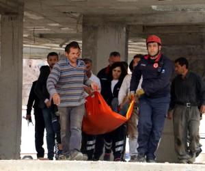 Başına tahta bloklar düşen inşaat işçisi ölümden döndü