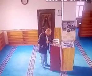 Camiden sadaka parasını çalan hırsızlar kamerada