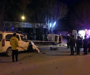 Ticari araç ile otomobil kafa kafaya çarpıştı: 2 yaralı