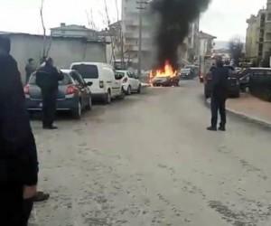 Gebze'da seyir halindeki otomobil alev alev yandı