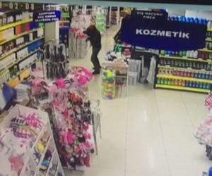 Cezaevi firarisi silahlı soyguncuyu market çalışanı eşyayla kafasından vurdu