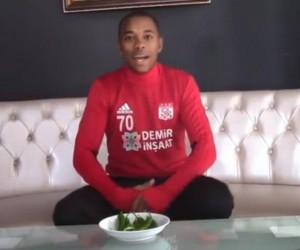 Robinho, ALS hastalığına dikkat çekmek için acı biber yedi
