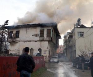 Antalya'da koruma altındaki tarihi ahşap bina kül oldu