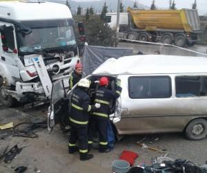 İşçileri taşıyan minibüs ile hafriyat kamyonu kafa kafaya çarpıştı: 2 ölü, 4 yaralı