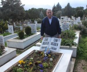 Aynı mezarda yatan baba ve oğlunun mezar taşı 6 ayda üç kez çalındı
