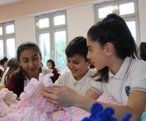 (Özel Haber) Ortaokul öğrencileri, Afrin kahramanları üşümesin diye elleriyle atkı-bere örüyor