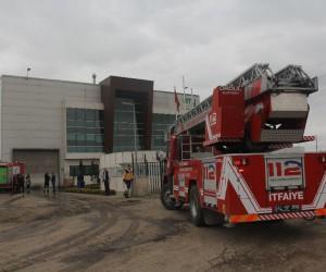 Geri dönüşüm fabrikasında iş makinası yangını paniği