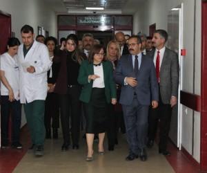 Fatma Şahin'den yaralı askere ziyaret