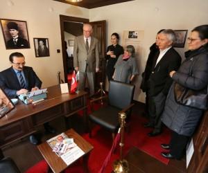 Ataç ailesi, baba yadigarı daktilolarını Tayfun Talipoğlu Daktilo Müzesi'ne bağışladı