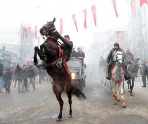 Atlar kurtuluş için şahlandı