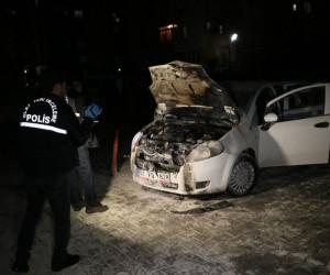 Yüzü maskeli bir kişi benzin dökerek aracı ateş verdi