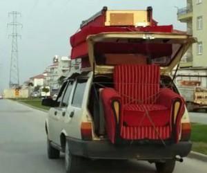 Koltuk takımını otomobille taşıdı