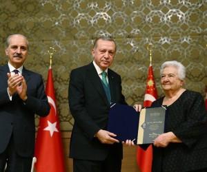 Tokatlı sanat tarihçisi, ödülünü Cumhurbaşkanı Erdoğan'ın elinden aldı