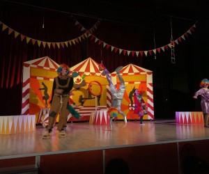 Kütahya Belediyesi Şehir Tiyatrosu, 'Benim Güzel Pabuçlarım' oyununu Akşehir'de de sahneledi