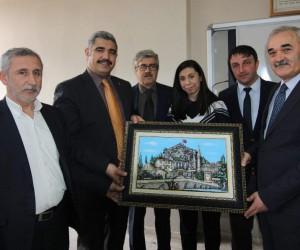 Başkan Karataş, başarılı öğrenci'ye tablo hediye etti